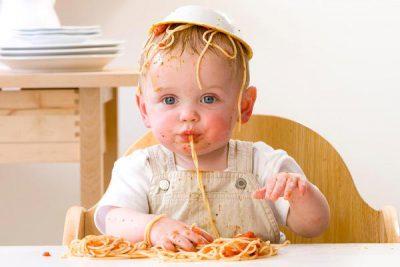 ребенок и спагетти